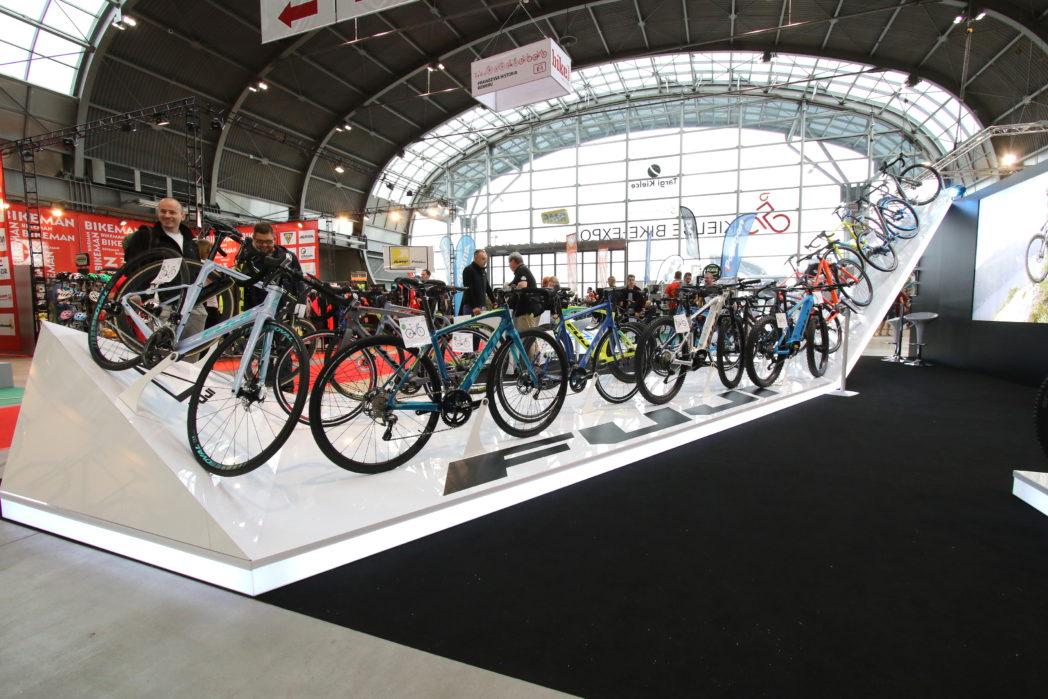 Stoisko handlowe z rowerami na targach Kielce
