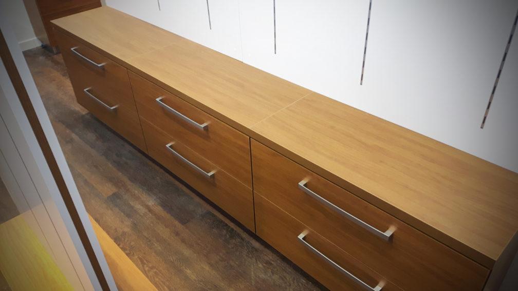 Drewniana szafka - Wyposażenie sklepów